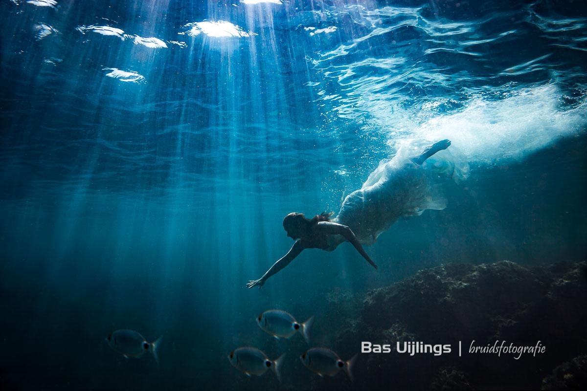Bijzondere trouwfotograaf - bruid onderwater