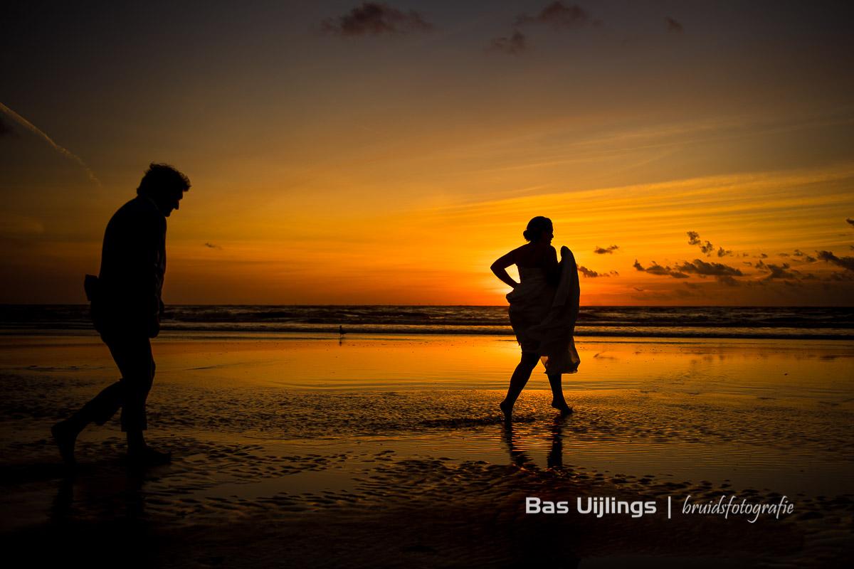 beste moment om trouwfoto's te maken is zonsondergang aan zee