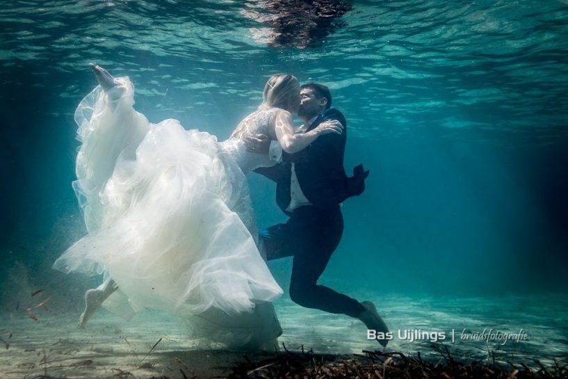 bruidspaar onder water beyond Weddingshoot - wat kost een trouwfotograaf