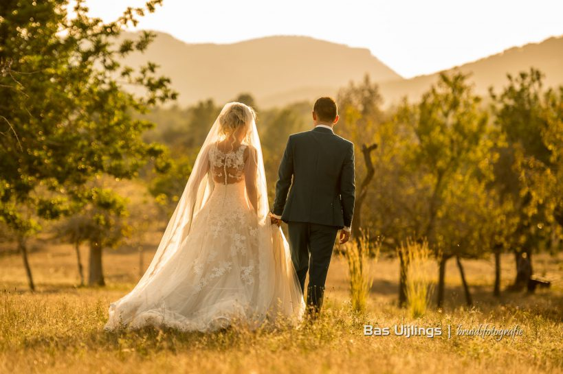 Trouwen in het buitenland bruidspaar zonsondergang