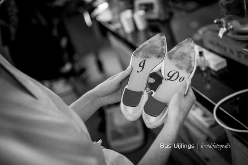 Bruid met trouwschoenen met I DO op de onderkant