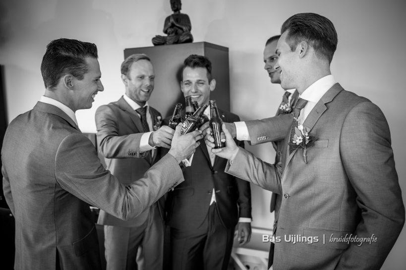 bruidegom drinkt bier voor bruiloft