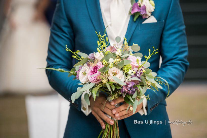 bruidegom met bloemen