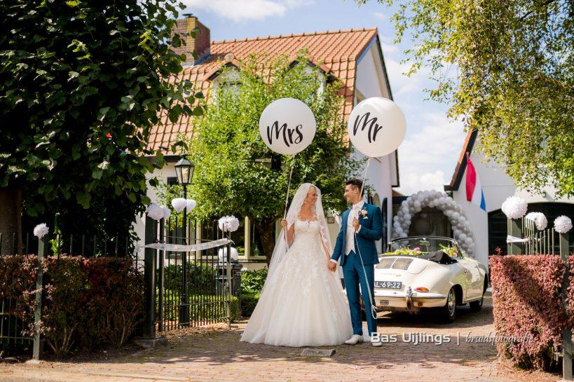 bruidspaar met Porsche 356 cabrio trouwauto