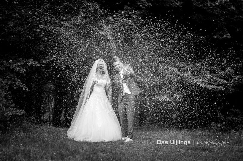 bruidspaar met champagne Trouwen Bij Kasteel De Hooge Vuursche