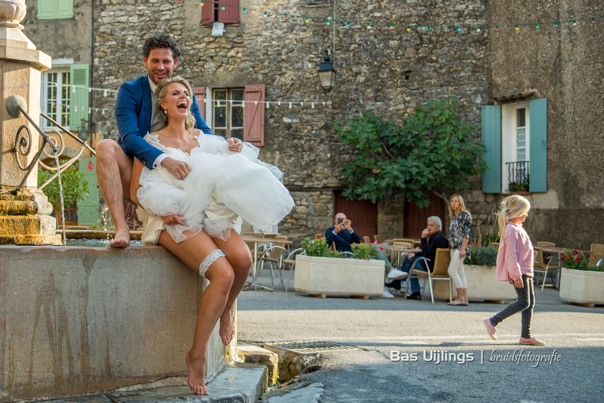 Bruidspaar in fontein tijdens bruiloft in Frankrijk