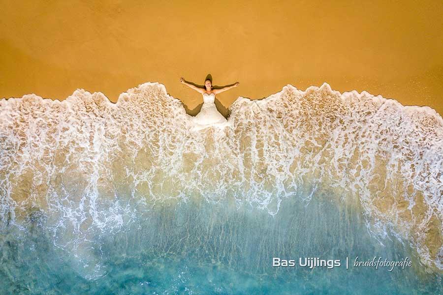 Beyond Wedding Shoot Ibiza bruid op strand