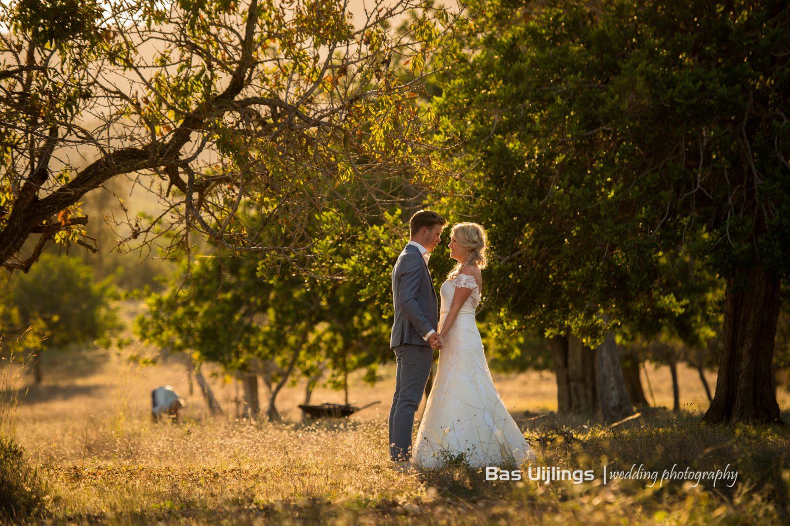 bruidspaar tijdens zonsondergang