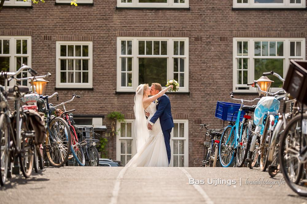 bruidspaar op grachten Amsterdam