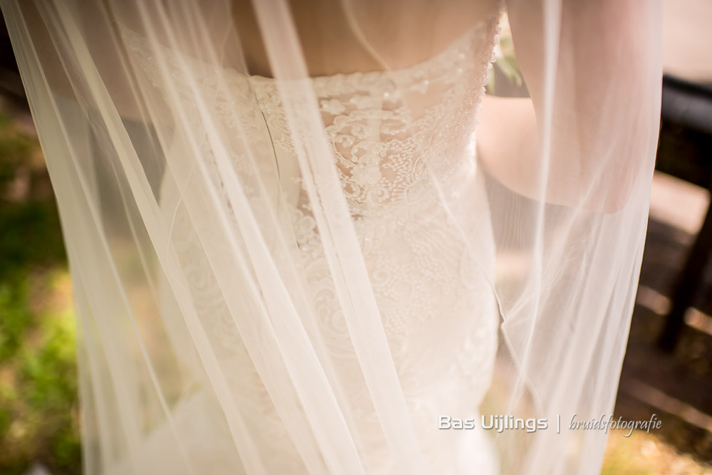detail trouwjurk bruid