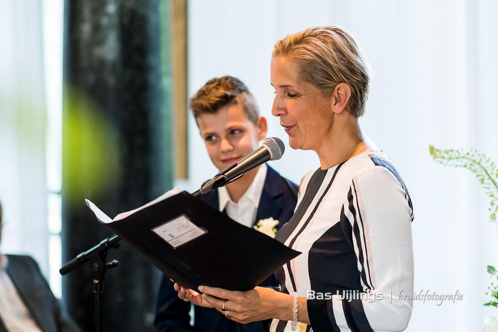 Trouwambtenaar Joanne Littooij tijdens de trouwceremonie in Hotel Arena in Amsterdam