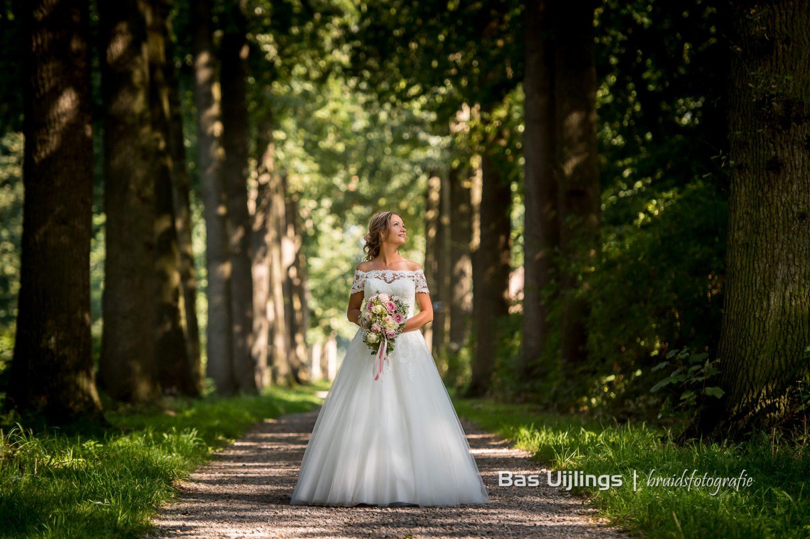 Bruid in bos Kasteel De Haar in Utrecht