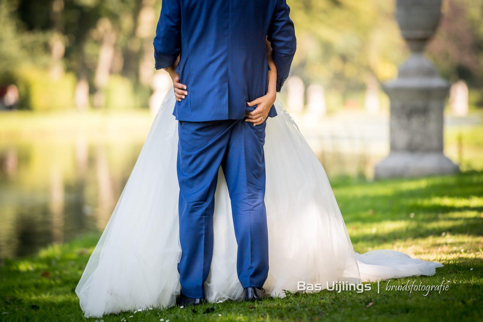 bruid knijpt billen bruidegom