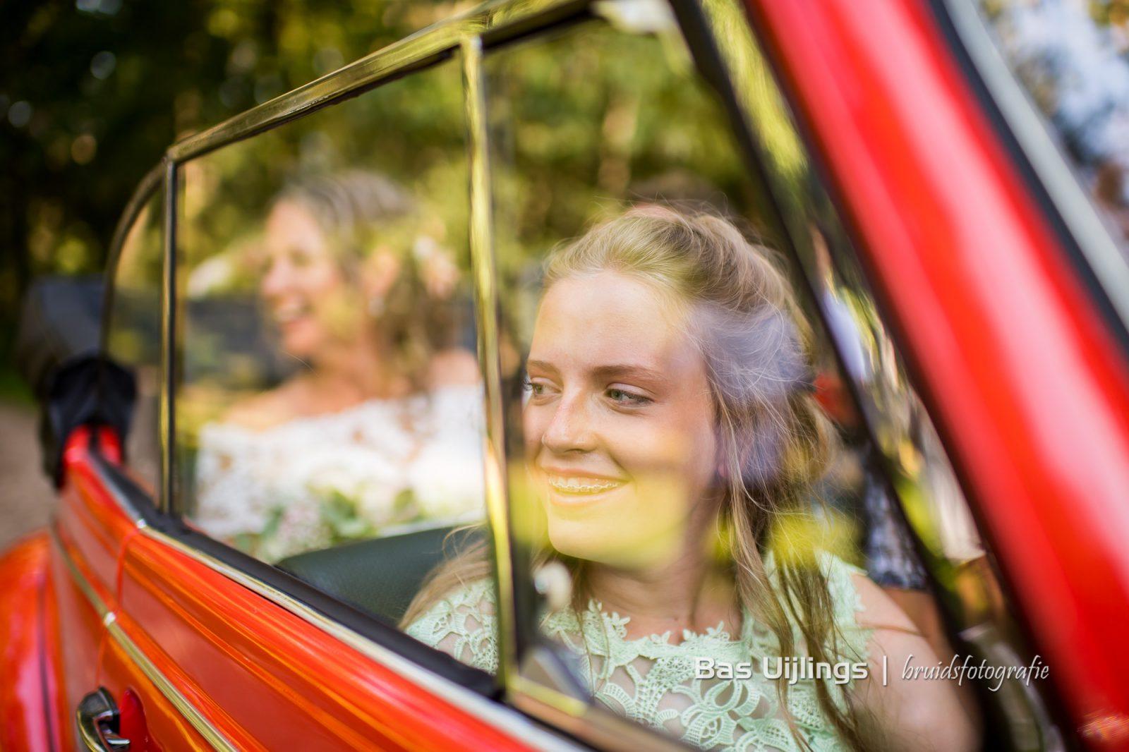 bruidsmeisje in trouwauto kever cabrio