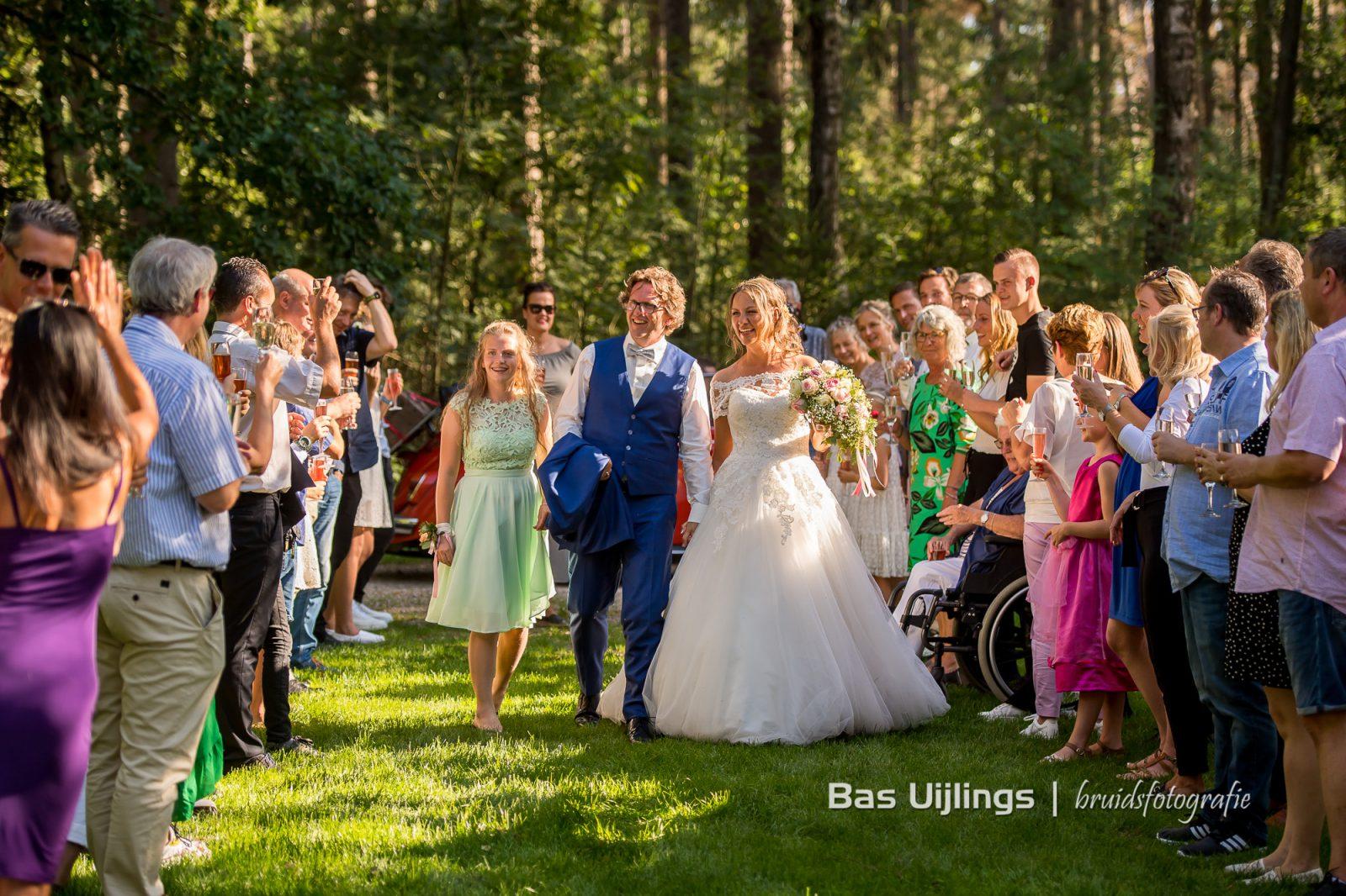 Bruidspaar en aankomst gasten