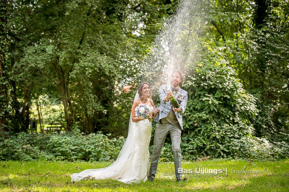 Champagne spuiten bruidspaar
