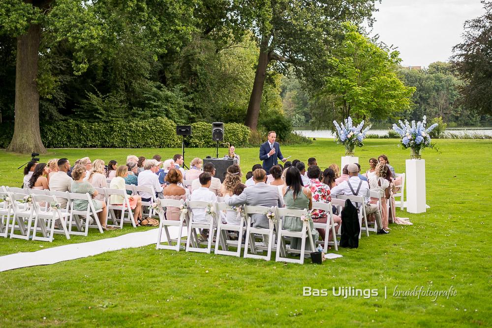 Mark van Leeuwen buiten trouwen bij Landgoed Te Werve in Rijswijk