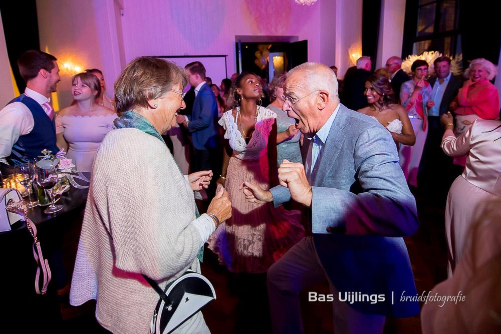 Enthousiaste dans trouwfeest