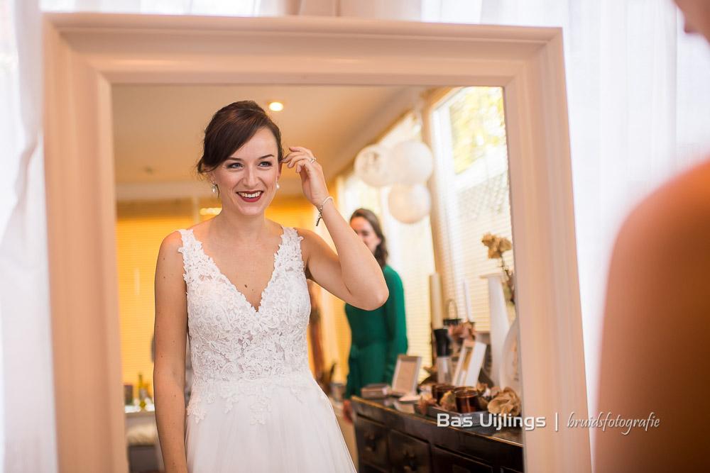 bruid kijkt in spiegel