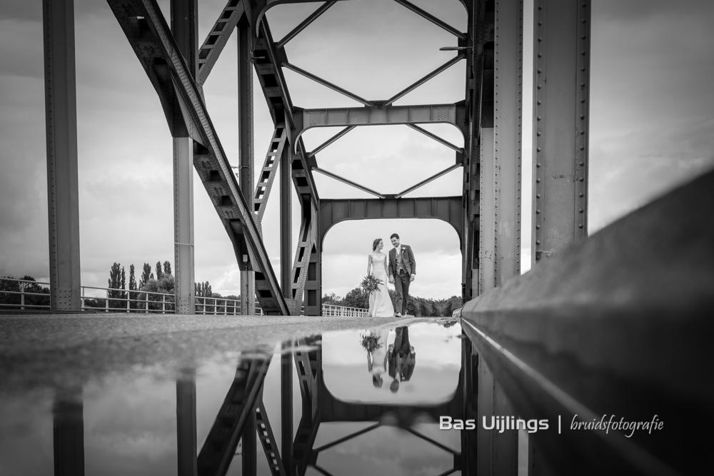 Bruidspaar op brug