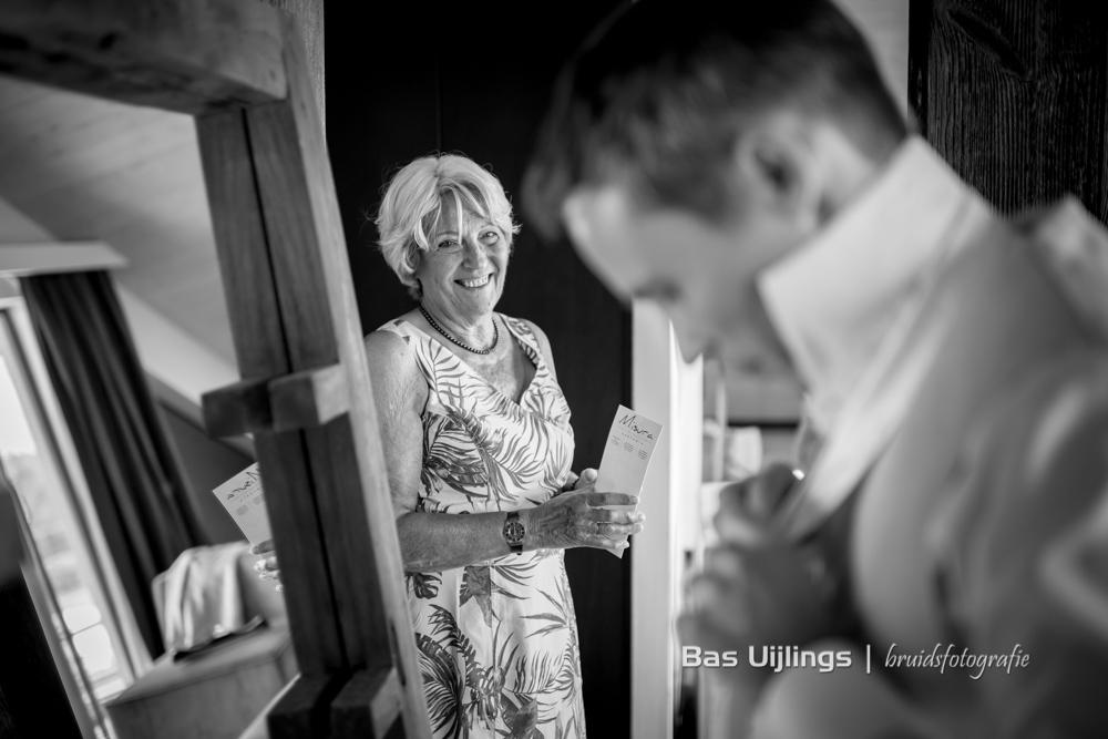 Aankleden bruidegom trouwen bij Oesterdam in Tholen