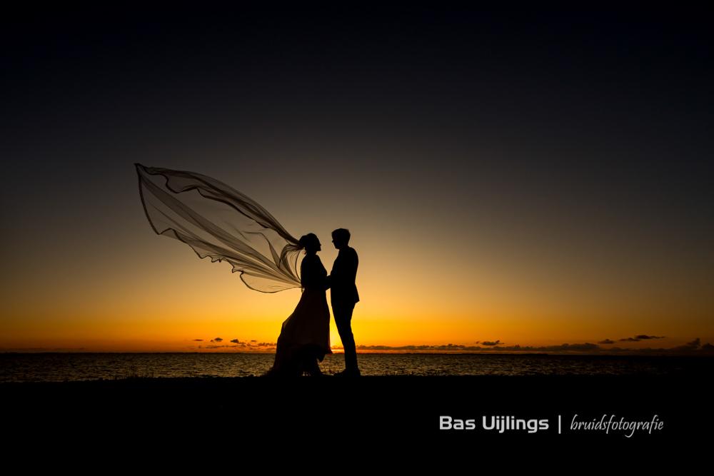 trouwfoto ondergaande zon zee trouwen 2021