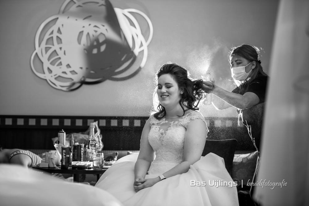 Aankleden bruid bij The Grand in Amsterdam corona bruiloft