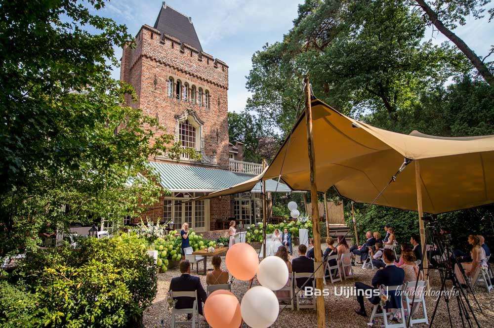 corona opstelling buiten trouwen bij Kasteel Kerckebosch in Zeist